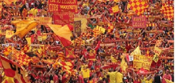 """Tanti tifosi del Lecce al """"Via del mare""""."""