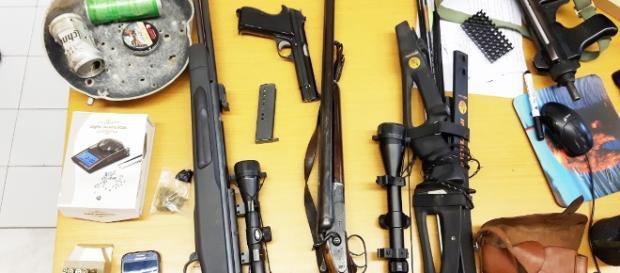 Una parte del materiale sequestrato dalla Polizia.