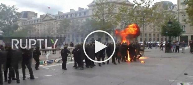 Demonstranci rzucają w policję czym popadnie.