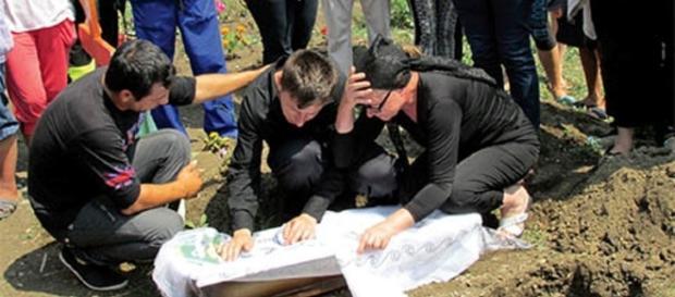 Imagini de la înmormântarea pruncului ucis