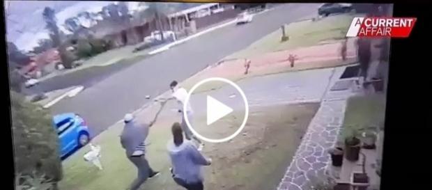 Jeden z mieszkańców cisnął kijem w bandytę.
