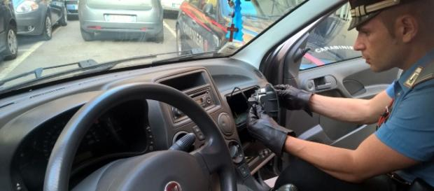 La perquisizione dei carabinieri nell'appartamento e nell'auto (1)