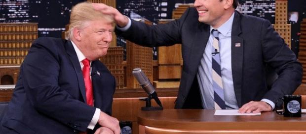 La presse sait se montrer complaisante : ici, le présentateur J. Fallon décoiffe amicalement D. Trump