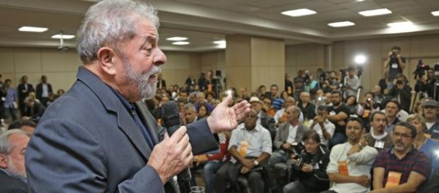 O ex-presidente Lula dando palestras