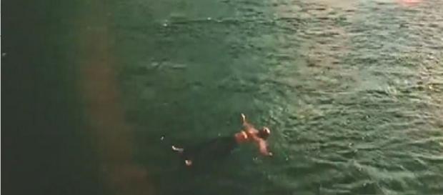 Santo nadando em rio - Reprodução: TV Globo