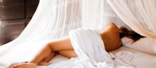 Dormir pelado é saudável e pode te deixar rico.