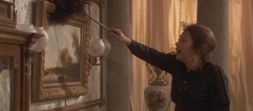 Francosca Montenegro, povera e senza servitù, spolvera personalmente i suoi quadri.