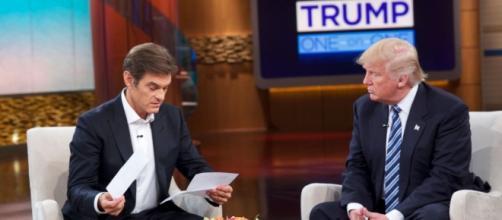 Il Dr. Oz legge i referti degli esami di Trump durante la trasmissione.