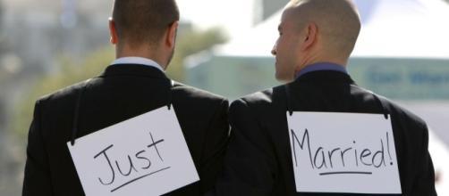 Raggi celebra il primo matrimonio gay di Roma