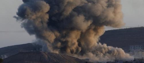 Le bombe della coalizione guidata dagli USA hanno colpito un'importante base del regime di Damasco