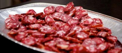 Un tipico piatto di salame da accompagnare con buon vino