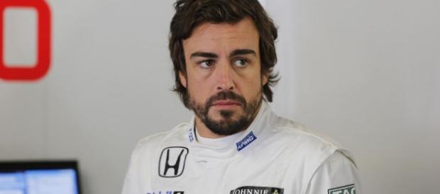 Fernando Alonso en el box del equipo McLaren eurosport.com