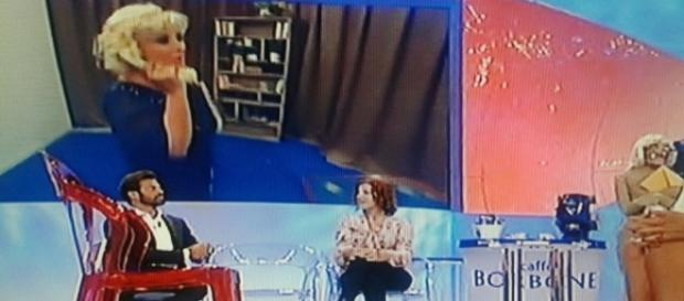 La gag di Tina Cipollari a Uomini e Donne, contro la tronista over Gemma Galgani.