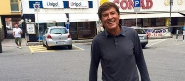 Gianni Morandi all'uscita di un supermercato