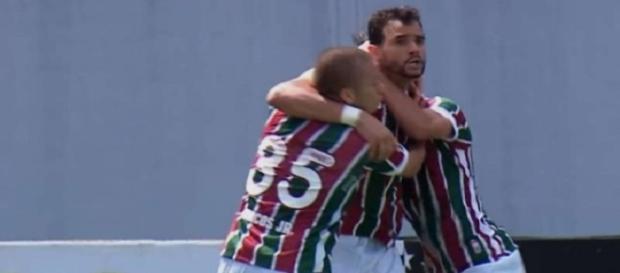 Henrique Dourado abraçado por companheiros na vitória sobre o América-MG: centroavante só marcou dois gols com a camisa do Fluminense (Foto: Arquivo)