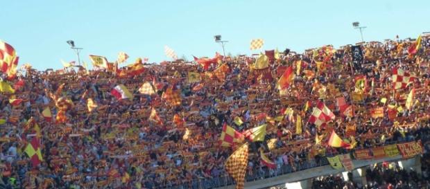 I tifosi del Lecce attendono il debutto della squadra in casa.