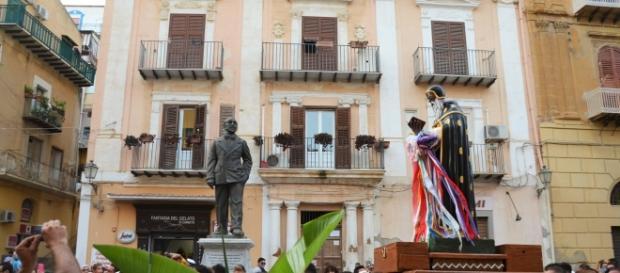 Il simulacro di San Calogero passa davanti la statua di Luigi Pirandello a Vigata - Porto Empedocle