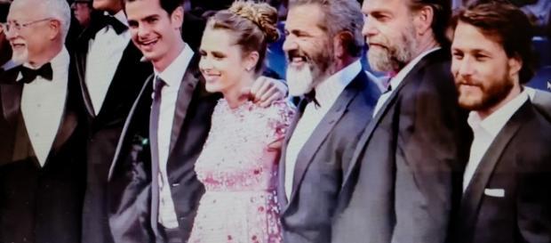 """Mel Gibson, Vince Vaughn ed Andrew Garfield sul red carpet di """"Hacksaw Ridge""""."""