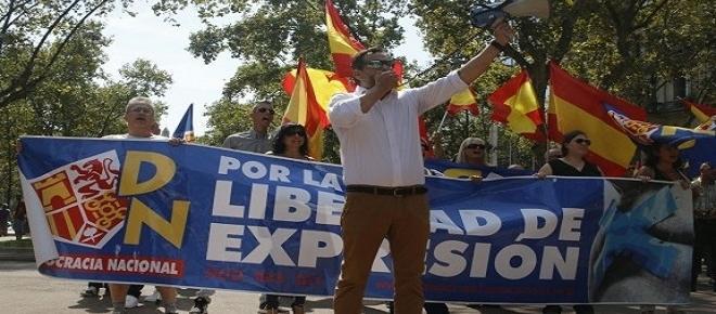 La ultraderechista Democracia Nacional es frenada por antifascistas en el barrio de Gràcia