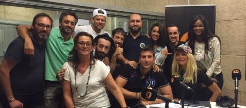 """El equipo de """"La Noche Pirata"""" junto a la familia de Candelas (GH 17)"""