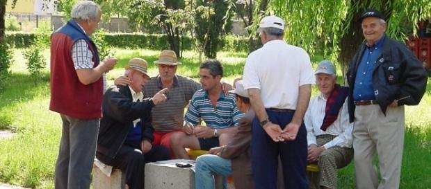 A fost adoptată LEGEA prin care românii şi-ar putea CUMPĂRA ani de vechime la PENSIE