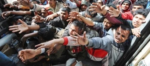Immigrati in cerca di aiuto: il Papa si schiera con loro.