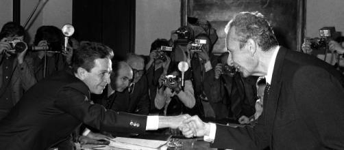 Enrico Berlinguer, segretario del Partito Comunista (a sinistra), e Aldo Moro, presidente della Democrazia Cristiana.