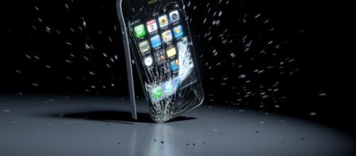 IPhone 7, il video della proca con il martello.