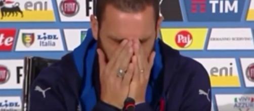 Leonardo Bonucci segura lágrimas durante entrevista.