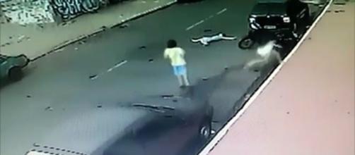 Na imagem é possível ver o momento em que três crianças tentavam atravessar uma rua e uma delas é atingida por uma motocicleta