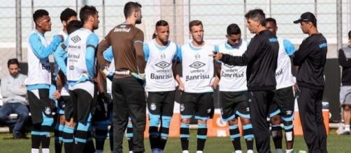 Renato Gaúcho conversa com grupo de jogadores durante o treinamento
