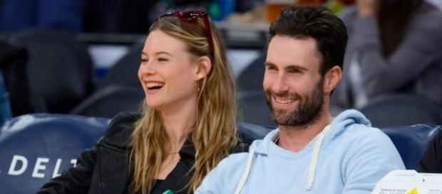 Adam Levine e Behati Prinsloo ad una partita dell'NBA