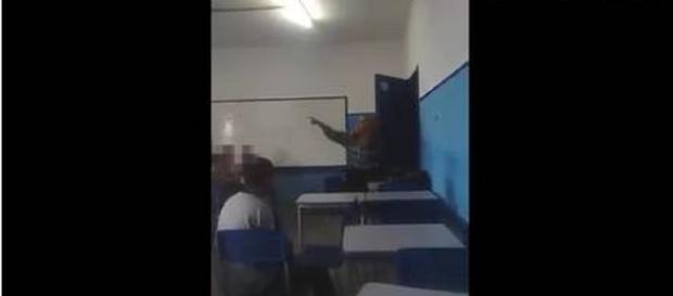 Professora chama aluno negro de macaco.