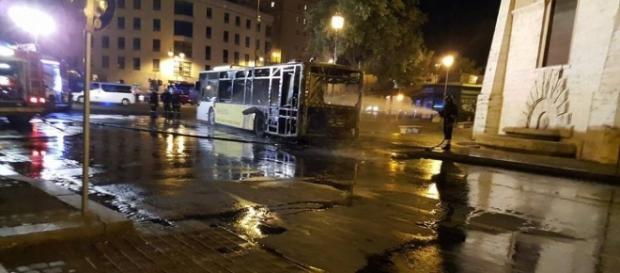 Roma, bus Atac in fiamme in Zona Serpentara
