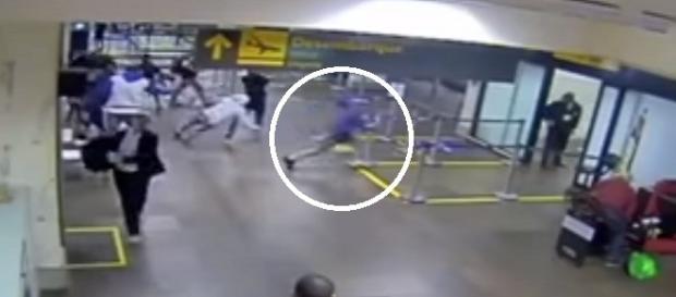 Amigo do jovem assassinado saindo correndo do local.