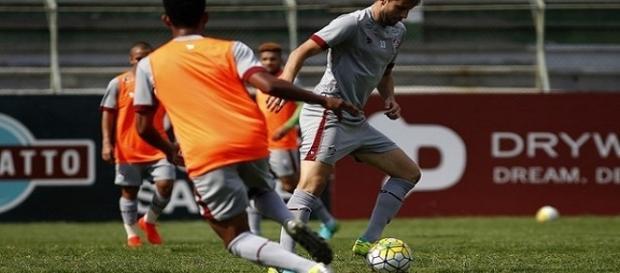 Henrique (com a bola durante treino, nas Laranjeiras) pede foco no Brasileirão (Foto: Arquivo)