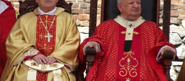 Katoliccy biskupi symbolizują przemoc seksualną wobec wolnych obywateli