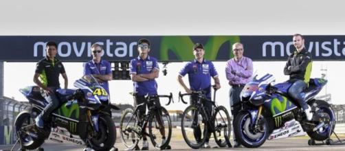 intercambio de motos y bicicletas en la previa del GP de Aragón