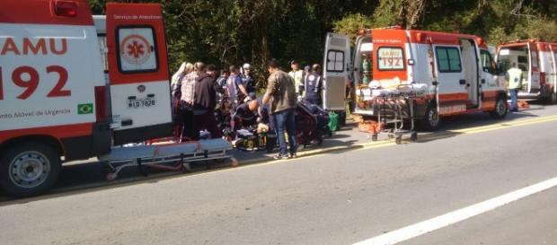 Equipes de resgate do Samu auxiliam vítimas do acidente com ônibus