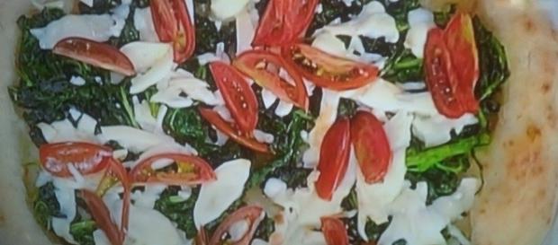Pizza con broccoli e pomodoro tigrato nero