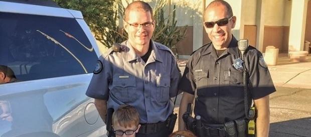 Policiais são chamados para ensinar lição a criança de 3 anos