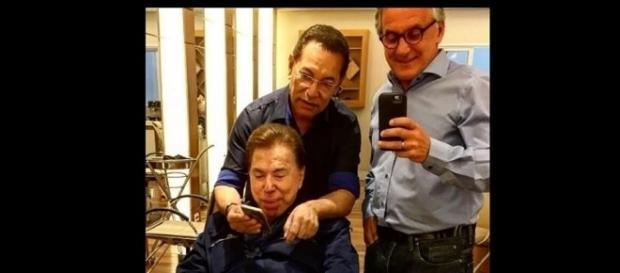 Silvio aparece com o rosto inchado em selfie.