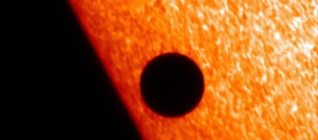 Soarele devenind o gigantică roșie și distrugând planetele din jur