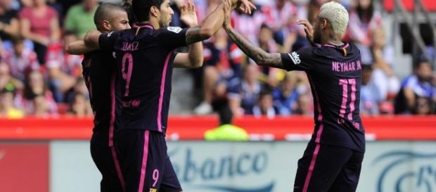 Rafinha celebrando su gol con Luis Suarez y Neymar Jr anotado ante el Sporting en el Molinón