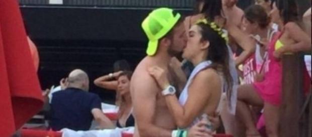 Vídeo mostra noiva beijando outro em festa de despedida de solteira.