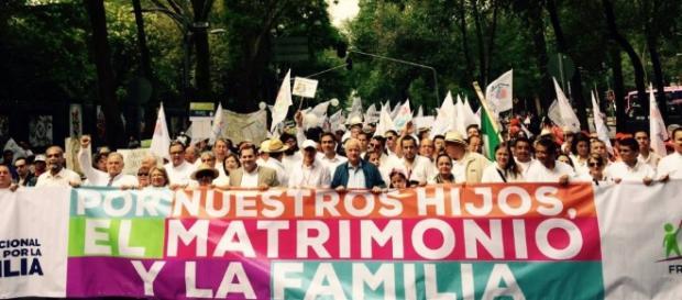 Mexicanos protestam contra atual política do presidente Peña