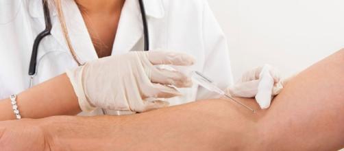 La gara tra infermieri per chi usa aghi più grandi, scandalo in ospedale.