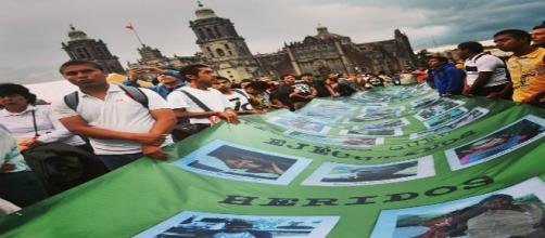 Manifestanti in piazza a Città del Messico (foto di Mitzi Vera).