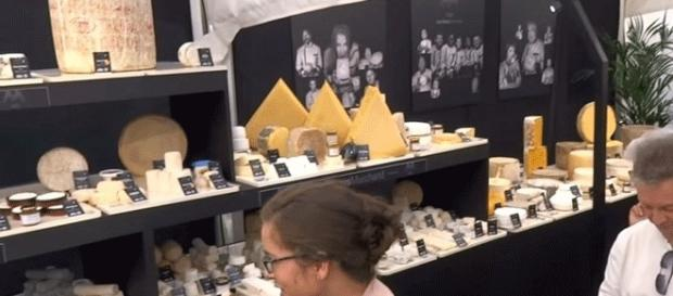 730 variétés fromagères, 2 124 pièces, 2 500 heures d'installation, record mondial battu