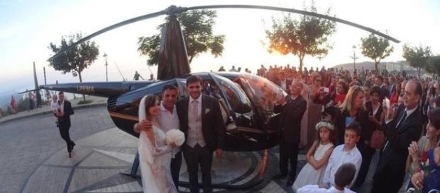 Gli sposi nella piazza di Nicotera, appena scesi dall'elicottero